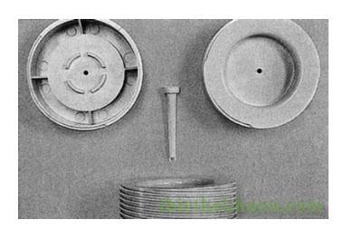 HÌnh 4: Sản phẩm sau khi ép và bạc cuống phun còn sót lại